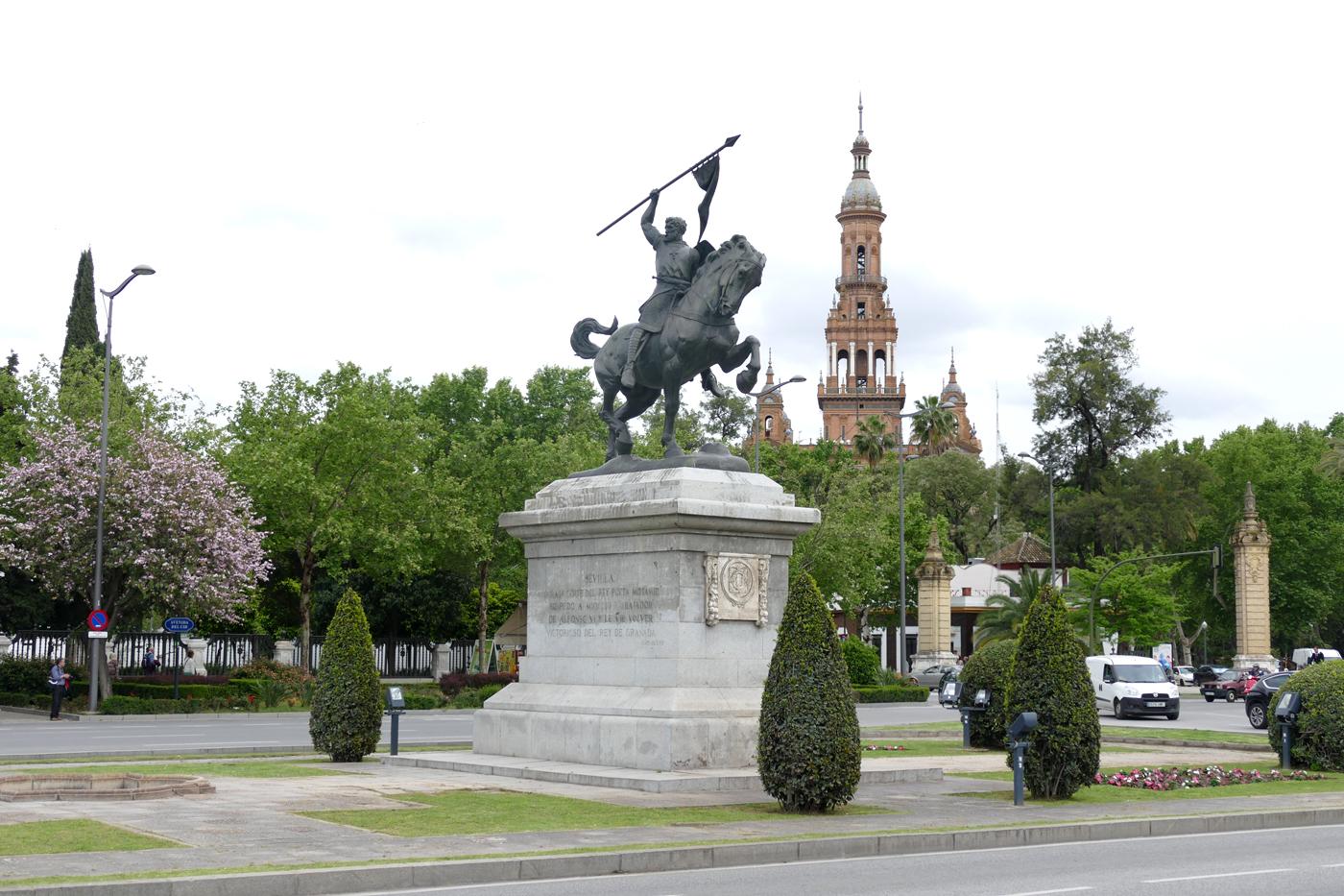 Estatua Cid Campeador Prado San Sebastián Torre Norte Plaza Espana al fondo