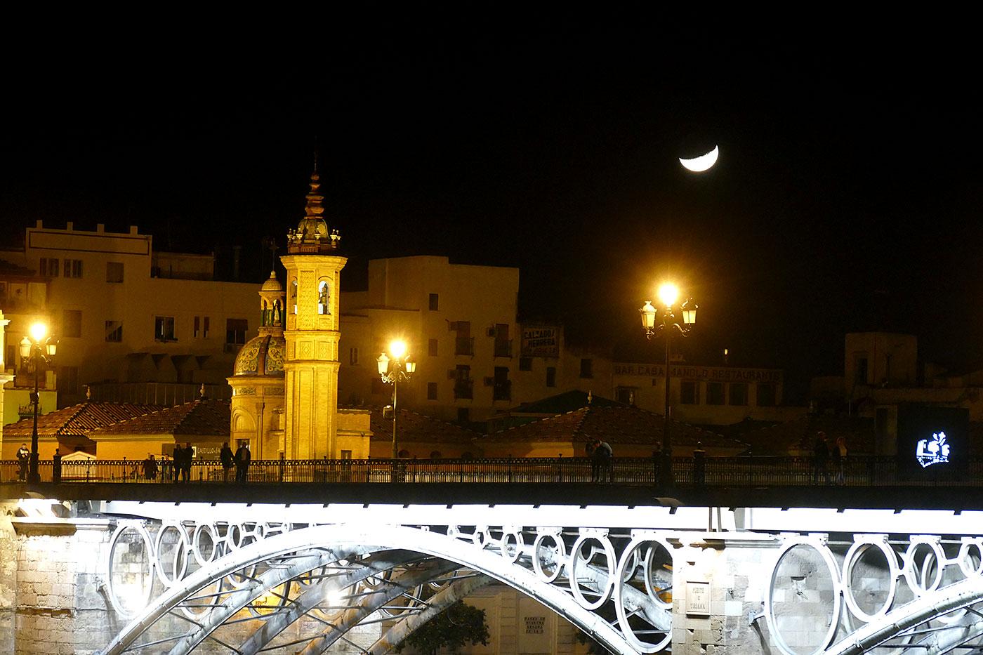 capilla carmen puente triana noche sevilla