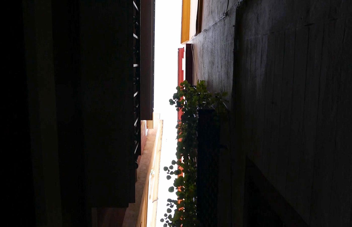 callejon beso barrio santa cruz