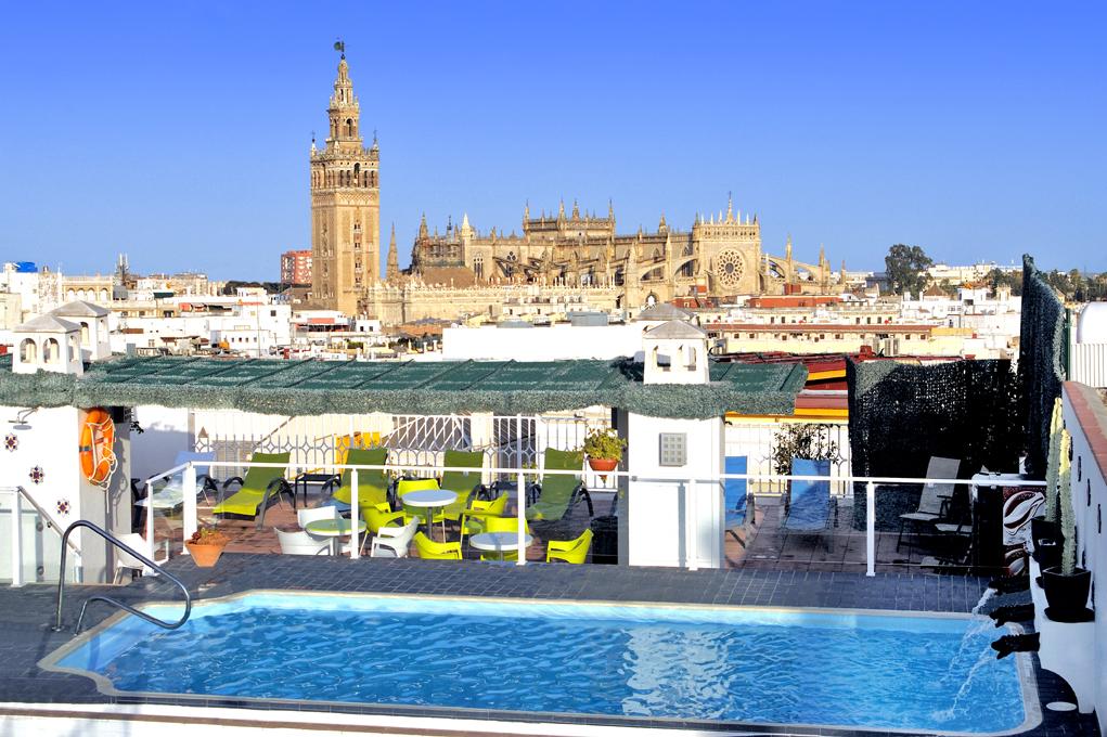 Terraza y piscina Hotel Bécquer