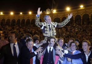 Espartaco sale a hombros de la Plaza de la Maestranza
