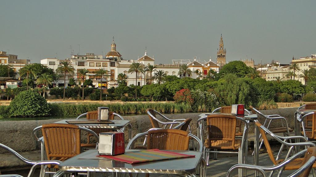 Vista del Paseo de Colón desde la calle Betis (foto: Consorcio de Turismo de Sevilla)