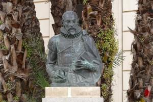 estatua miguel cervantes entrecarceles sevilla