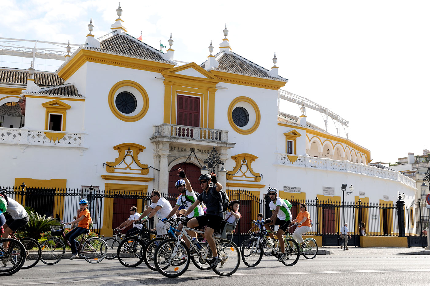 ciclistas paseo colon sevilla frente plaza toros (foto consorcio turismo sevilla